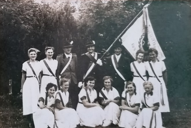 Foto: Fahnenkommando mit der neuen Schützenfahne im Juni 1954