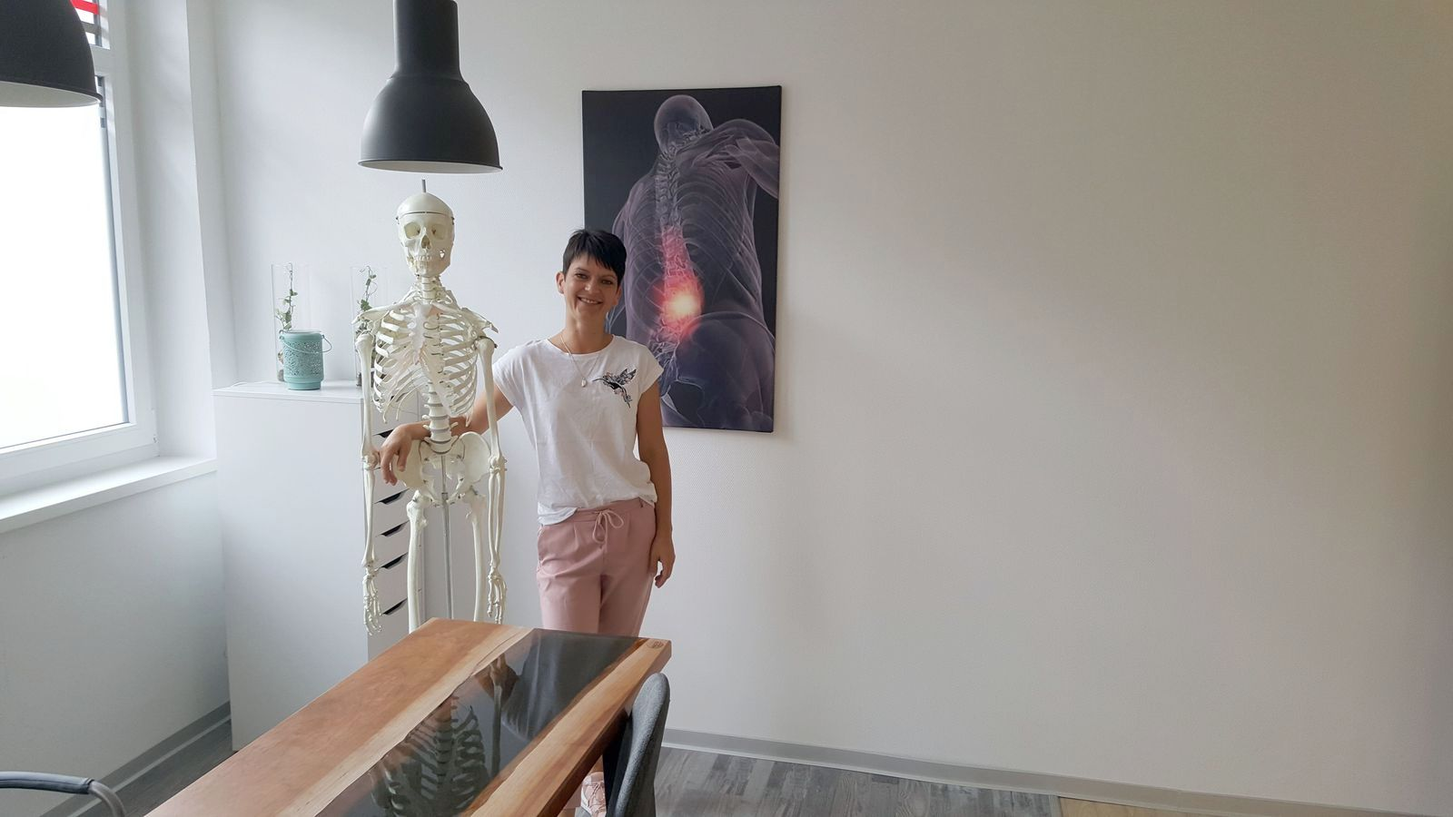 Steffi mit Georg dem Haus-Skelett