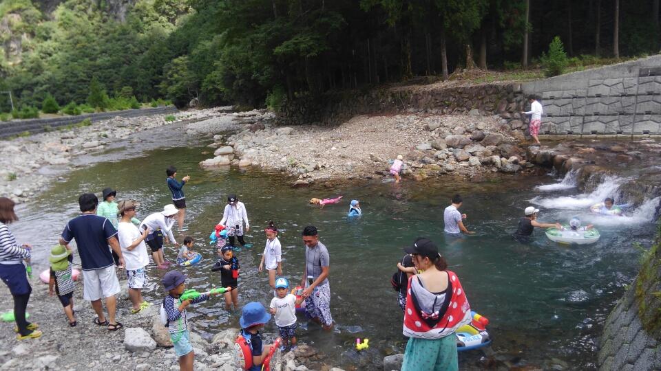 昼食の後の川遊び