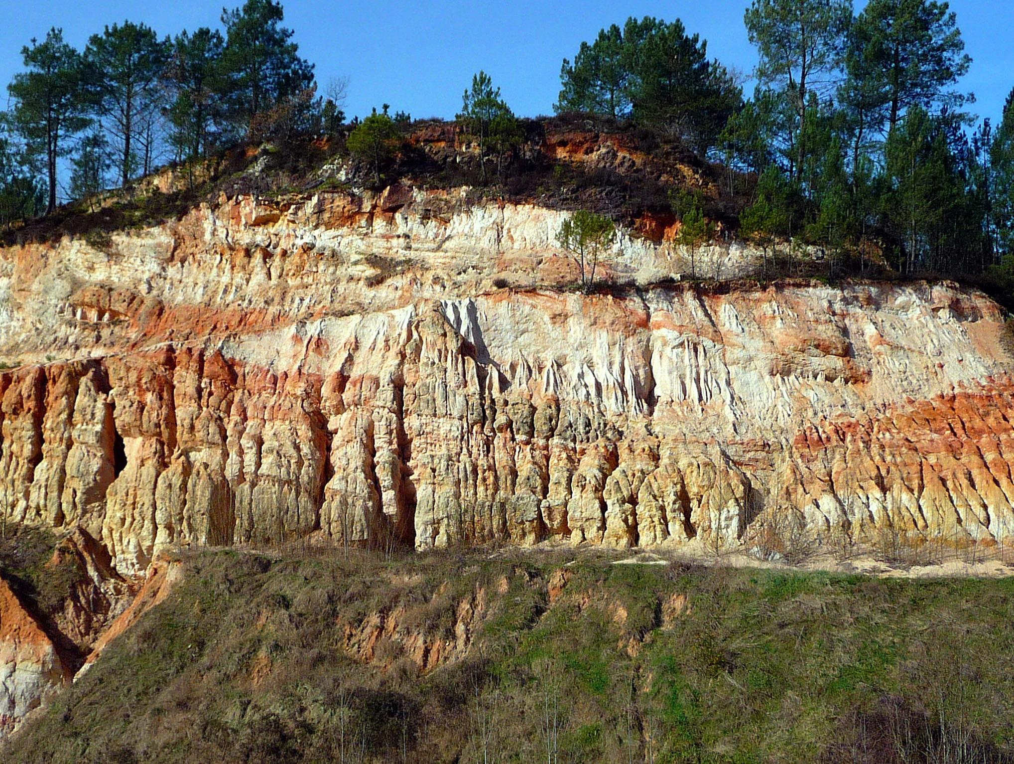 Série continentale éocène-oligocène de la carrière du Brétou à Fumel - Lot-et-Garonne (Cliché J.-P. Platel) – Site classé ***