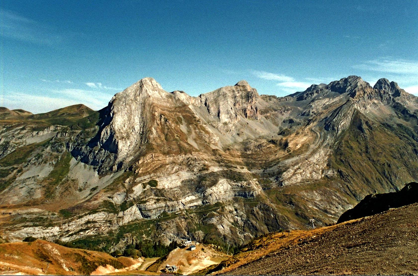 Vue sur le pic de l'Arcizette, présentant le chevauchement des Eaux Chaudes – Pyrénées-Atlantiques (cliché Y. Hervouët) – Site classé ***