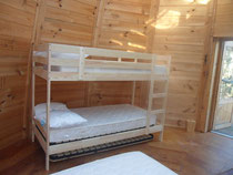 Des cabanes 5 personnes, lits superposés où seuls les + de 6 ans pourront dormir en haut