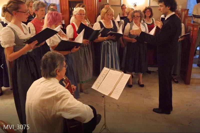 Hans Schröck begleitet Chor und Solistin