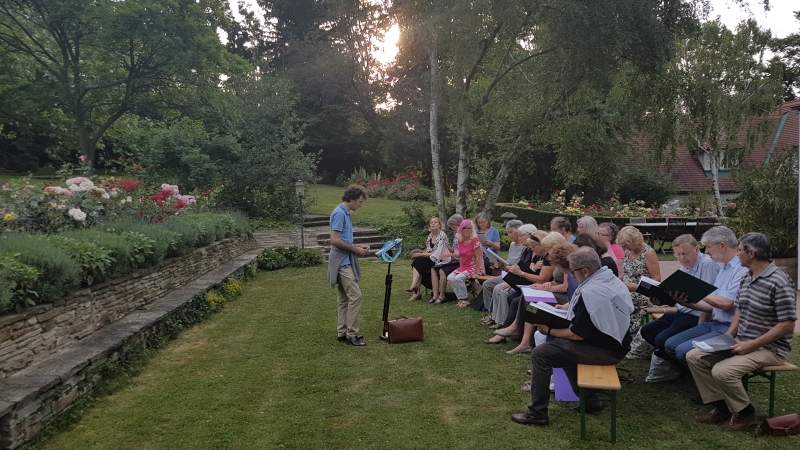 Chorprobe im Rosengarten