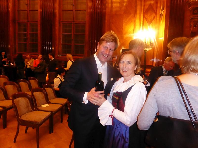 Margareta Philipp überreicht Julian Hadschieff unseren Jubiläumswein