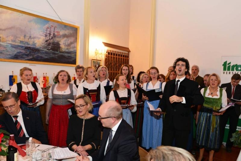 @Club Tirol: alle singen: es wird schon glei dumpa