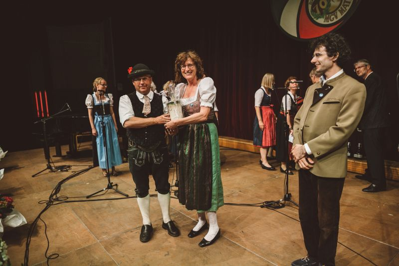 MGV Obmann  überreicht Gastgeschenk, Bild: Gsaller