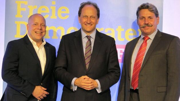 Guido Müller (l.), Alexander Graf Lambsdorff (M.), Stv. Fraktionsvorsitzender der FDP Bundestagsfraktion, Stv. Vorsitzender der FDP in NRW, Peter Hanke (R.), Kreisvorsitzender der Freien Demokraten Siegen-Wittgenstein