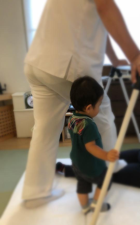 先生の真似っこをしながら、ママを待っててくれるTくん。