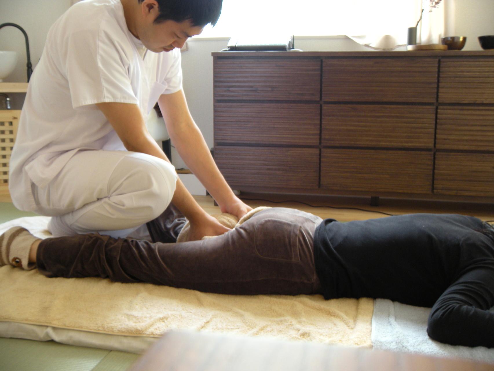 新日本延命学療法風景|ふともも裏の硬結を取り除いているところ