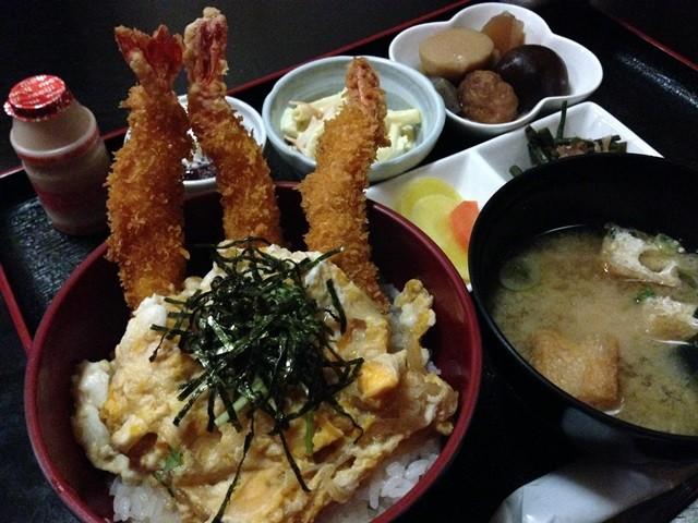 居酒屋殿 日替わりランチ エビフライ丼 エビフライが器からはみ出しています!!!