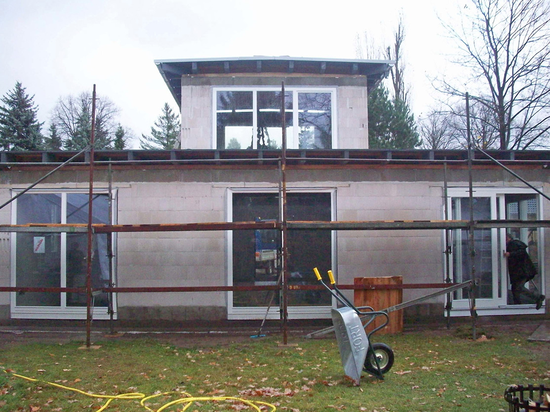 Rohbau mit montierten Fenstern, Ansicht Westen
