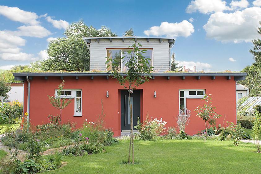 Wohnhaus nach Fertigstellung mit Außenanlagen, Sommer 2012