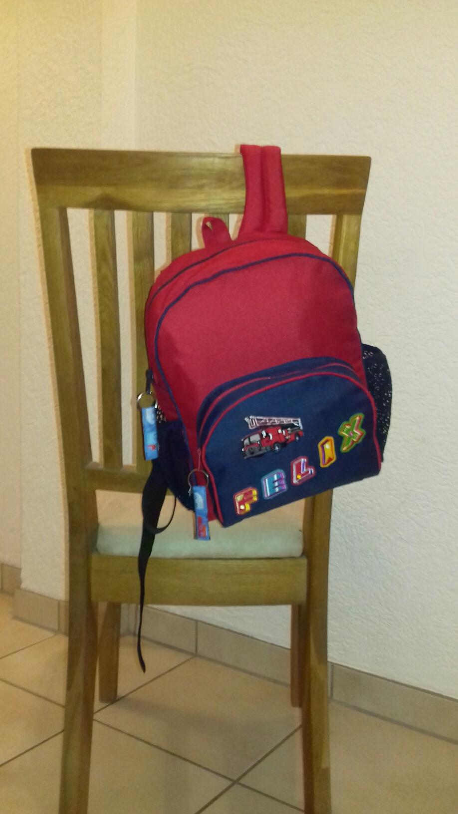 Kinderrucksack aus teflonbeschichtetem Material. Rücken und Träger sind mit Schaumstoff abgefüttert