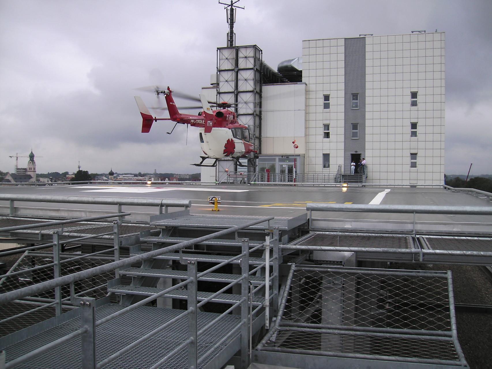 Klinikum Rosenheim: Planung und Realisierung des flachdachintegrierten Hubschrauberlandeplatzes mit direkter Anbindung an das Hauptgebäude