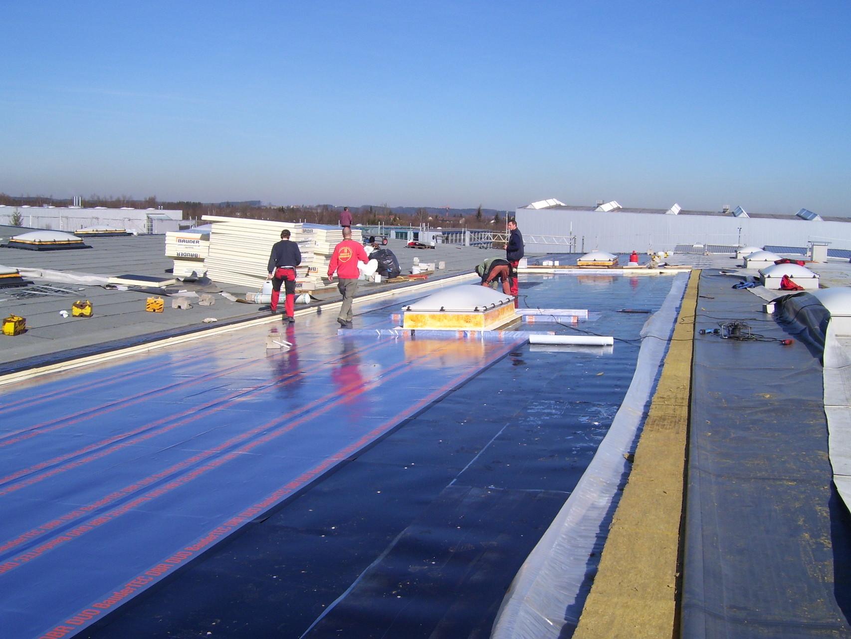 Sonderflughafen Oberpfaffenhofen AIRBUS GROUP:  Bitumendickbeschichtung mehrerer Flachdächer mit  mehrlagig aufgebrachten Schichten aus kunststoffmodifizierten Bitumenbahnen, u.a. Polymerbitumen und Elastomerbitumen.