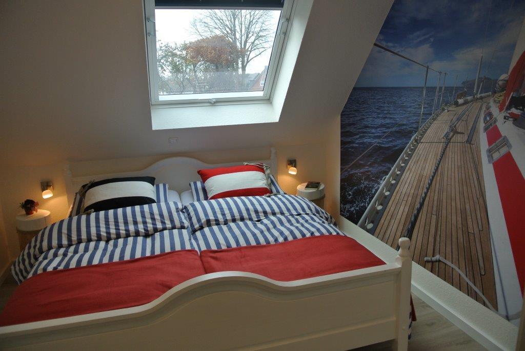 Ruhen Sie sich im maritimen Schlafzimmer aus.