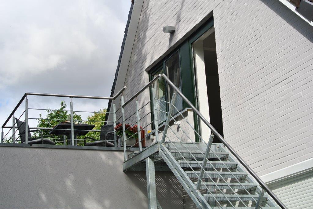 Es erwartet Sie im Dachgeschoss eine 54 qm, moderne, komfortabel eingerichtete Ferienwohnung für 2 Personen. Ein Parkplatz steht Ihnen vor der Ferienwohnung zur Verfügung. Von hier aus erreichen Sie zu Fuß in wenigen Minuten die Innenstadt Kappelns.