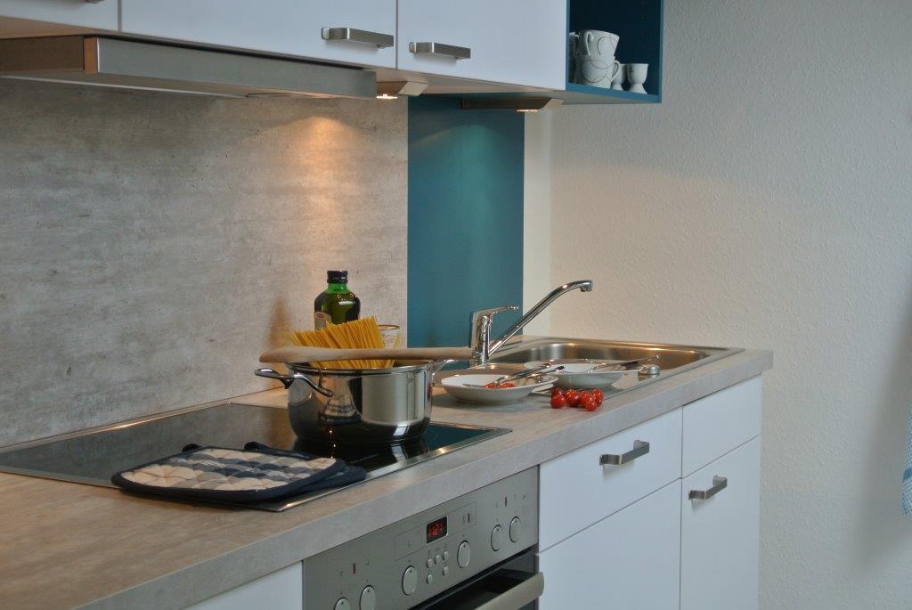 In der modernen, gut ausgestatteten Küche bringt das Kochen auch im Urlaub Spaß, oder Sie genießen die Restaurants in der Umgebung.