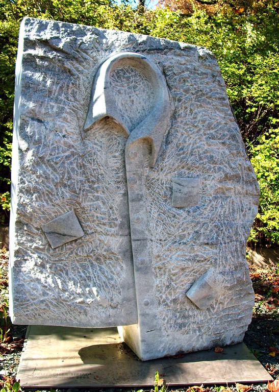 """Das Deutsche Hemd"" 2003, mosambiquanischer Marmor, 120x120cm"
