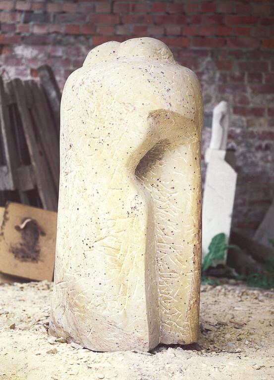 """""""Zuwendung"""" 1997, Hartstein, gespitzt und geschliffen, H 152cm"""