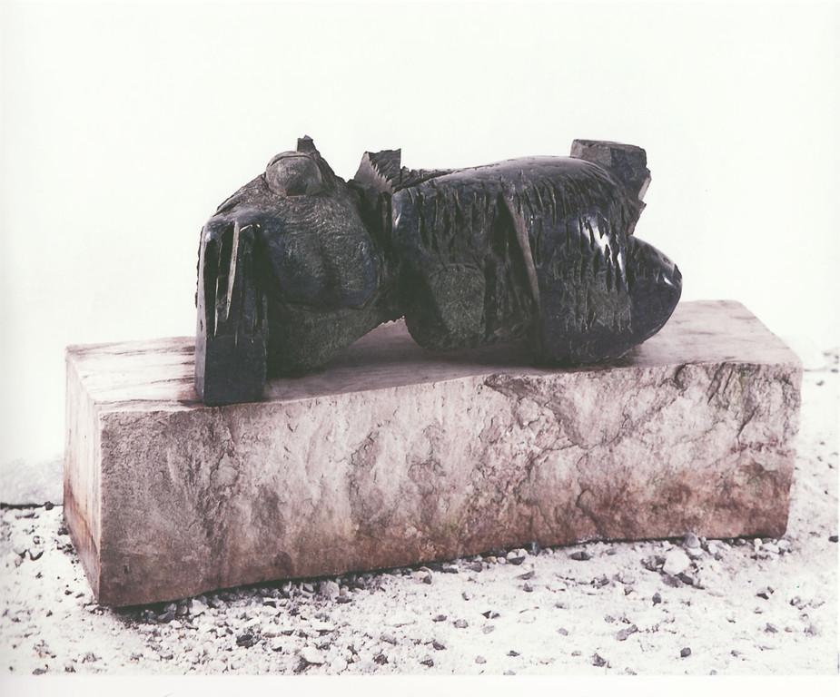"""Liegende"" 1994, Diabas-Marmor teilweise poliert, 90x22x52cm"