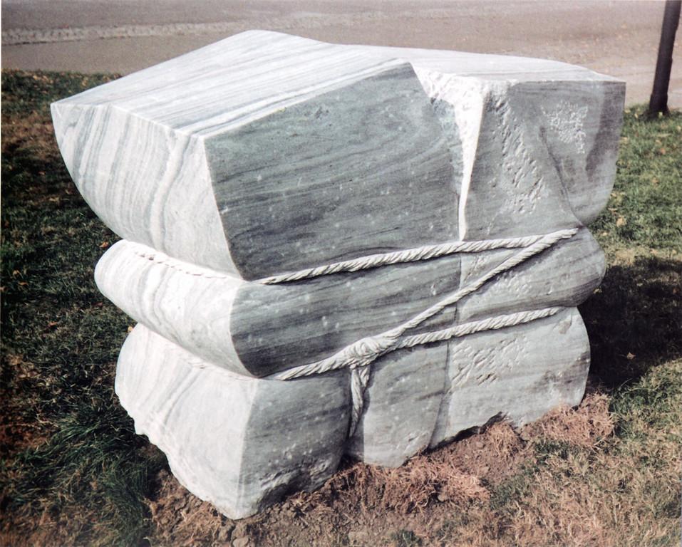"""""""Wir 91"""" 1991, Marmor mosambique, 160x60x120cm, im Besitz der Stadt Schwetzingen"""