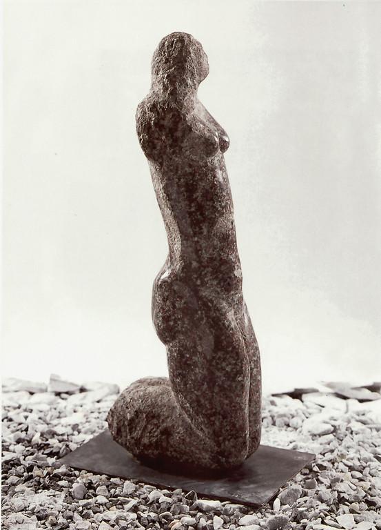 """""""Rote Lady"""" 1985, Nordischer Granit, poliert, H 72cm"""