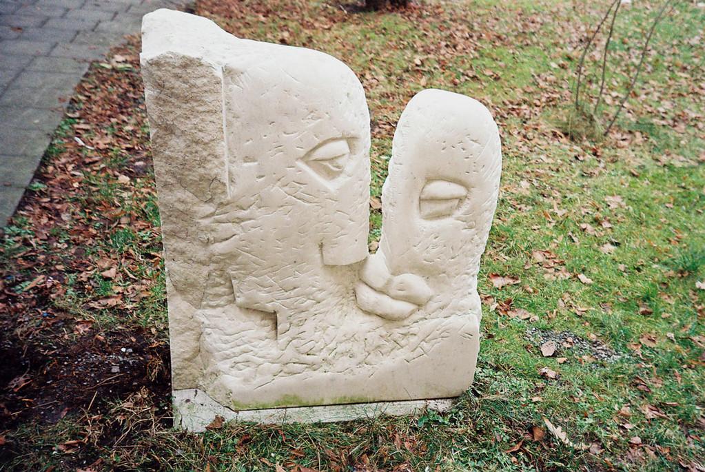 """""""Der Kuss"""" 2001, Marmor, geschliffen, 75x86cm"""