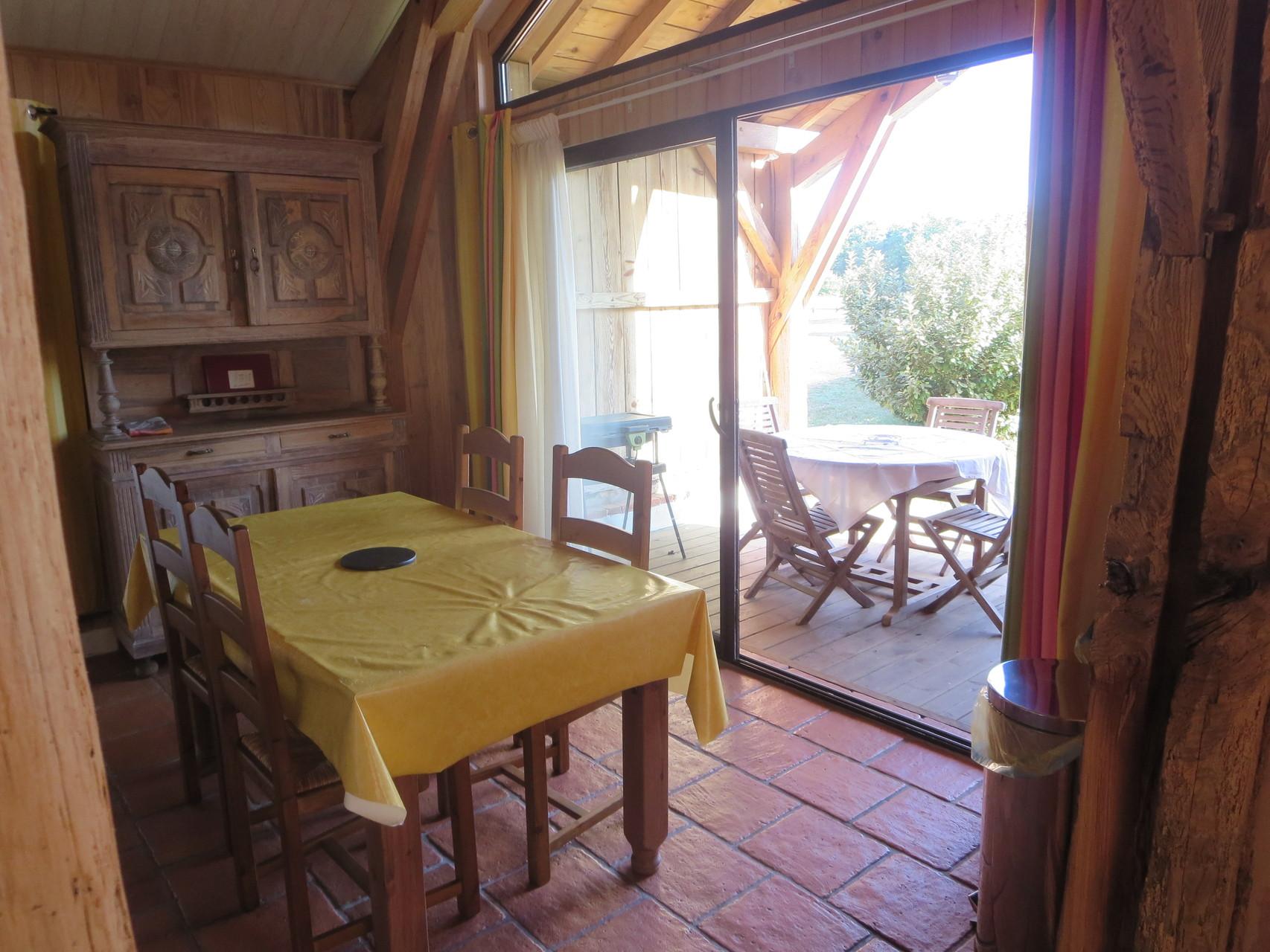 La terrasse vue depuis la cuisine.