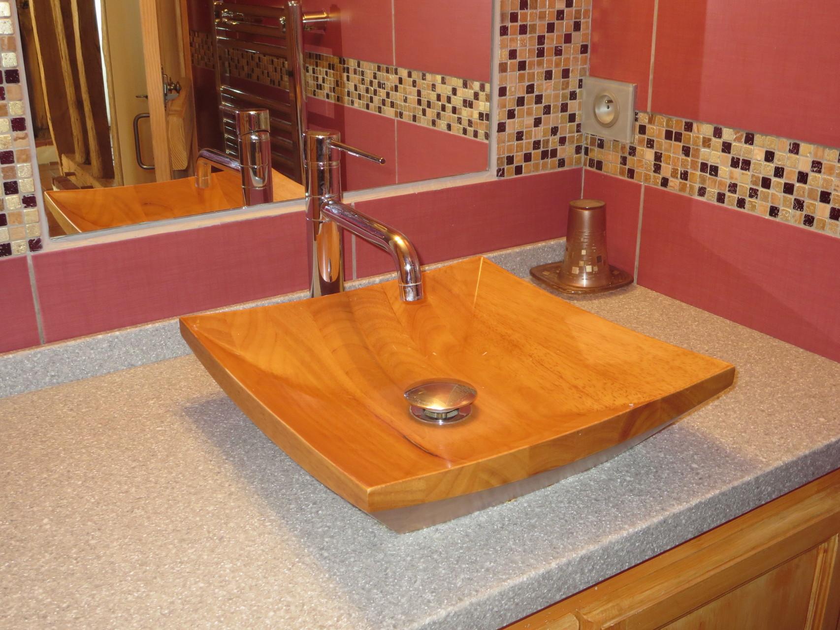 Vasque en bois de la salle de bain.