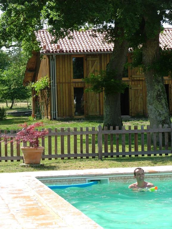 Le gîte Vieux Chêne vu de la piscine.