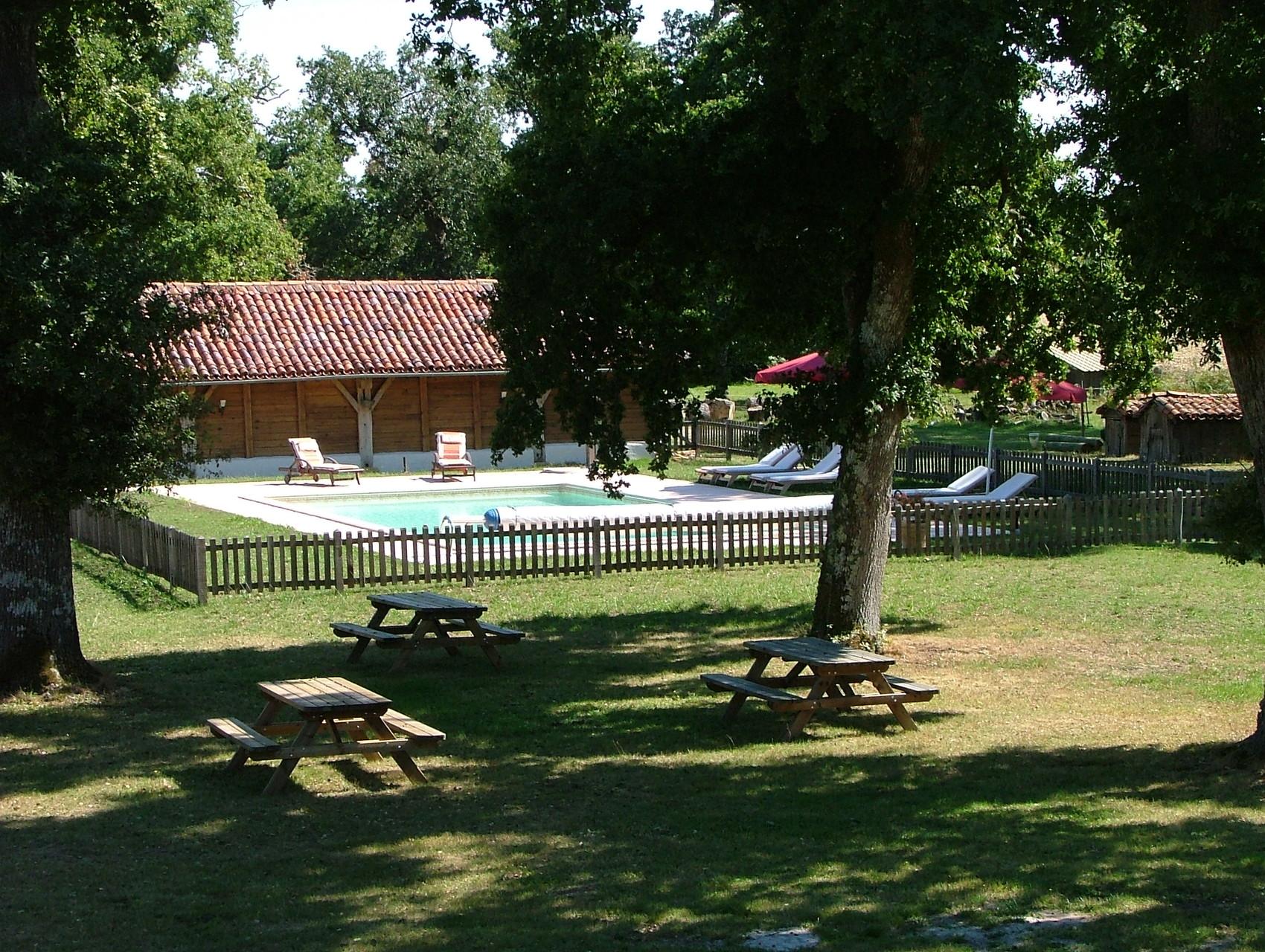 Vue de la piscine depuis les chambres.