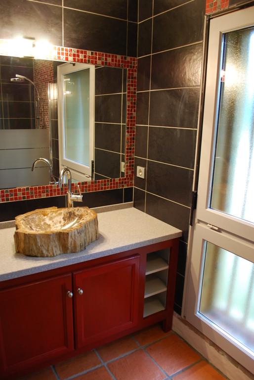 La salle de bain et sa vasque en bois fossilisée