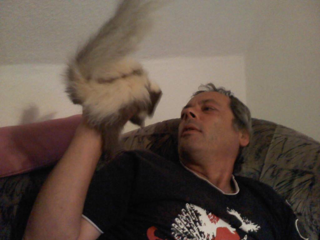 Hey, lass mich runter!!! Bin ein Stinktier und kein Flugtier!