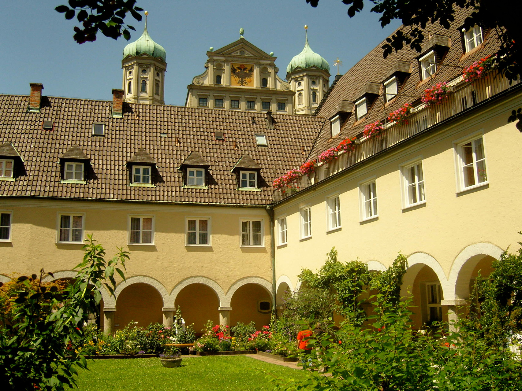 Kloster Maria Stern - Kreuzgang mit Blick auf 5 Türme