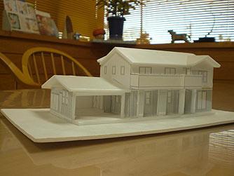 屋根の形、窓の位置・形、外観、 建築地との相性等々をチェックします。