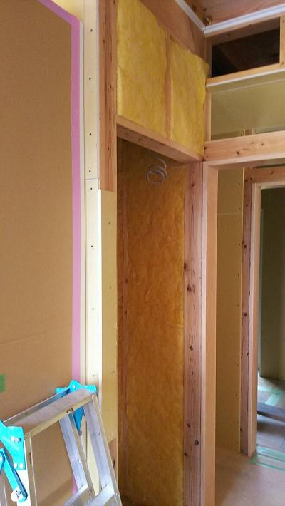 壁・天井に断熱材を入れる