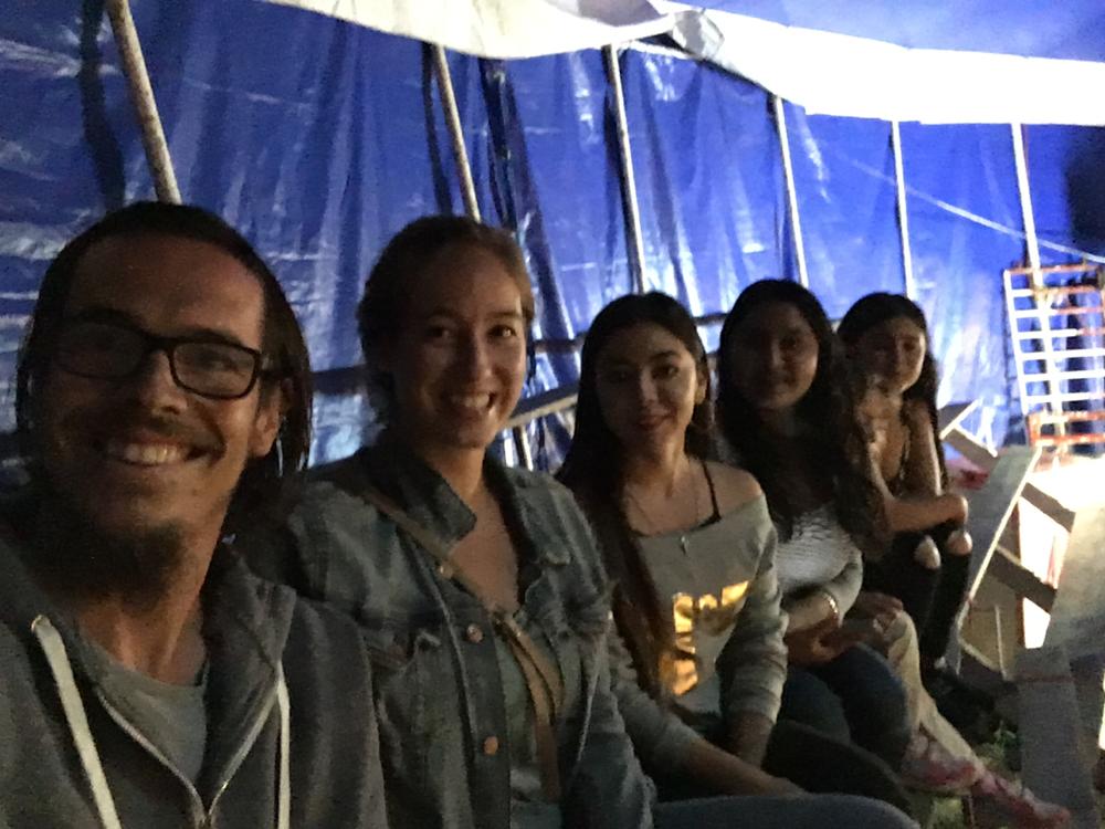 Im Zirkus mit den Fräuleins die und eingeladen haben den Abend mit ihnen zu verbringen