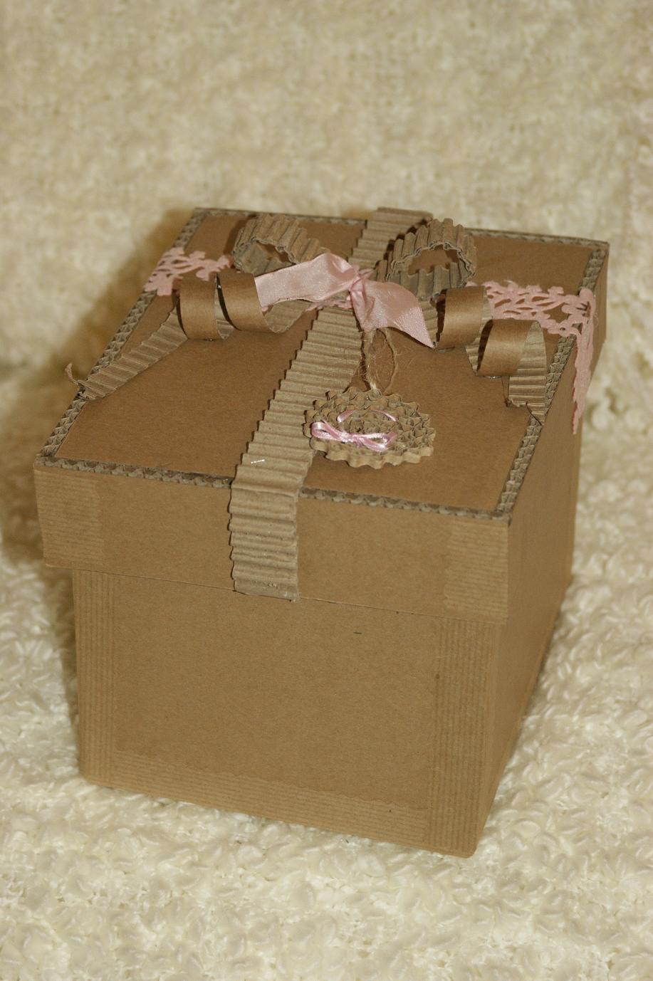 Carton laissé brut, ruban de satin & de carton, médaillon en dentelle de carton
