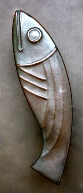 """Türgriff: """"Fisch"""" von ANTON KUNZ (1906-1991) Die Türgriffe gehen auf die bekannte Legende von der Predigt am Ufer von Rimini zurück: die Einwohner wollten Antonius nicht hören, aber die Fische versammelten sich und streckten ihre Köpfe aus dem Wasser."""