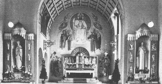 Chorraum, 1938 mit Freskogemäldes über dem Hochaltar von Kunstmaler Michael Schmitt aus Hohenschäftlarn bei München.