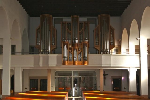 """Die Orgel, gebaut in der Werkstatt von Orgelbaumeister RUDOLF KUBAK in Augsburg, wurde am 27. Februar 1988 durch Dekan Joachim Grunwald eingeweiht. """"Blick zur Orgel"""""""