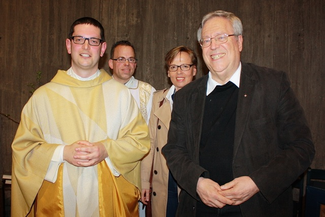 Das Bild zeigt (von links): Kaplan Florian Oser, Diakon Tobias Eckert, die Pfarrgemeinderatsvorsitzende Isabel Odenthal und Dekan Bernhard Ihle.