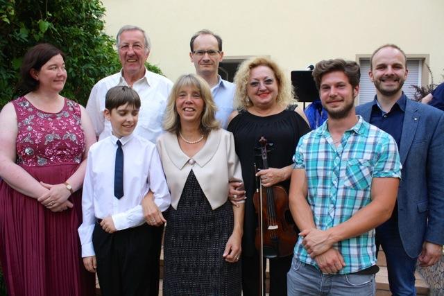 Auf dem Bild sind zu sehen (von links): Alexandra-Tatjana Baur, Mikey Stevens, Beatrice Fuhr-Herz, Maria Schmalz, Adrian Herz, Andreas Renner und im Hintergrund Klaus Beffert und Stefan Baur.
