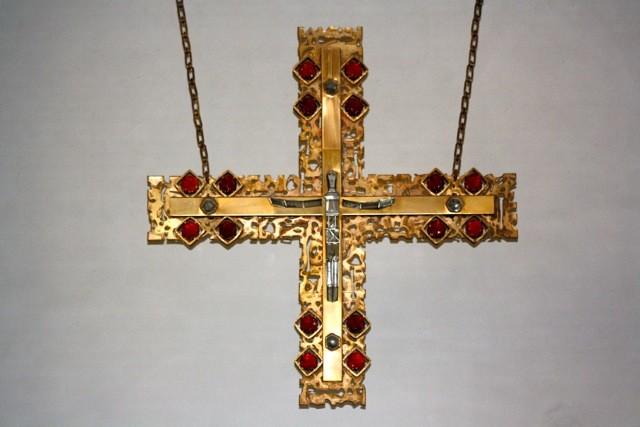 Seit 1972 wird der Altarraum durch ein Hängekreuz geprägt, das ANTON KUNZ (1906-1991) genau so geschaffen hat wie den Ambo, den Tabernakel, den Osterleuchter und die übrigen Leuchter, die den Altarraum schmücken.