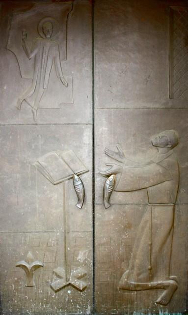 """""""Der heilige Antonius mit dem Jesuskind"""" von ANTON KUNZ (1906-1991) Das andere Hauptportal orientiert sich am Attribut """"Jesuskind""""."""