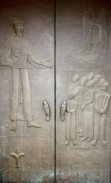"""Hauptportal: """"Der heilige Antonius predigt!"""" von ANTON KUNZ (1906-1991)"""
