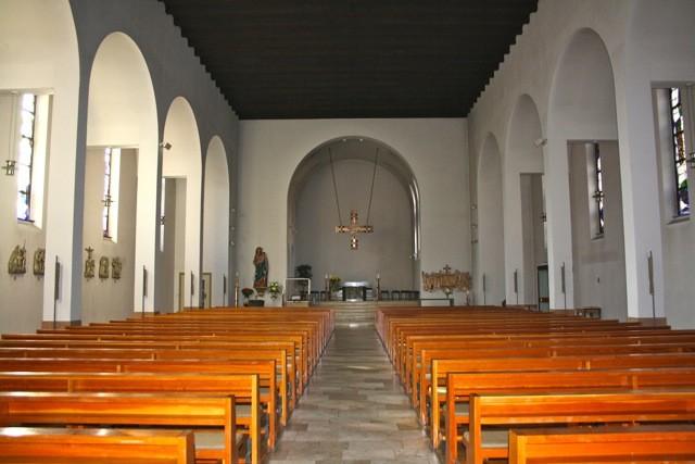 """""""Blick zum Altarraum"""". Die Kirche wurde in den Jahren 1995/96 einer umfassenden Innenrenovation unterzogen."""
