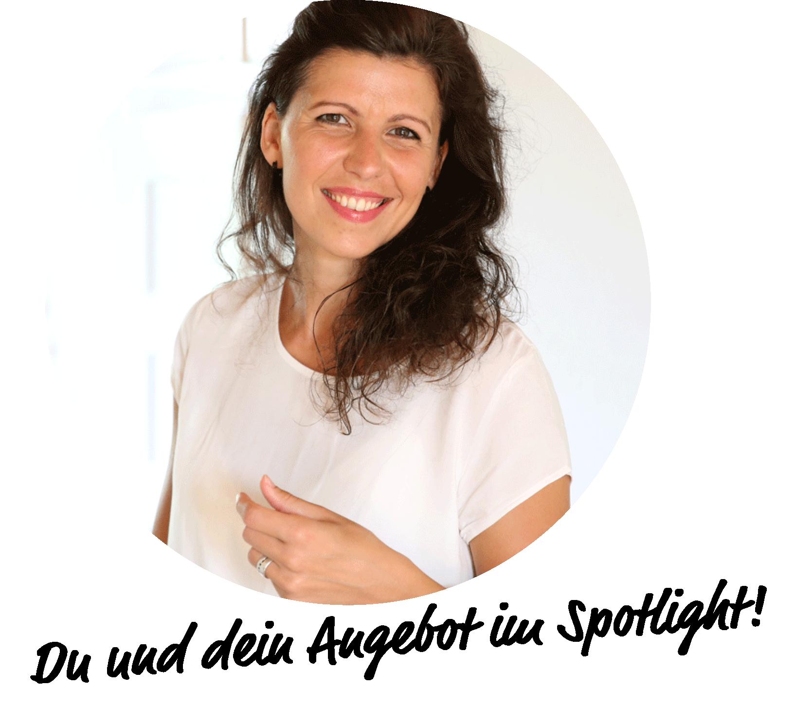 Du und dein Business im Spotlight!  Steht unter einem Bild auf dem Yvonne Knies-Peter mit einem Schweinwerfer in der Hand zu sehen ist.